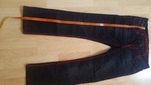 dunkelblaue Jeans der Marke Soccx mit roten Ziernähten