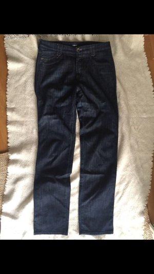Dunkelblaue Jeans mit geraden Bein