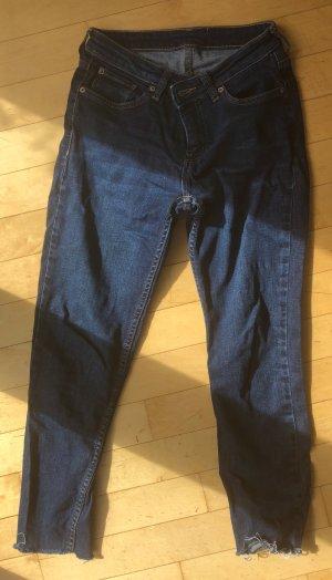 Dunkelblaue Jeans mit hohem Stretchanteil