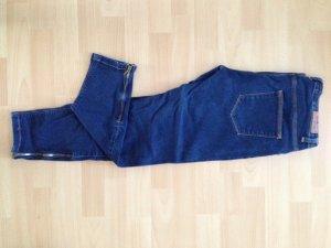 Dunkelblaue Jeans mit Reißverschlüssen an den Beinen