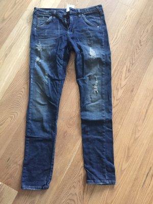Dunkelblaue Jeans mit Rissen in Größe S