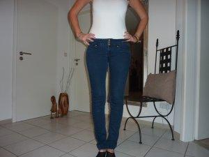 Dunkelblaue Jeans von Mango