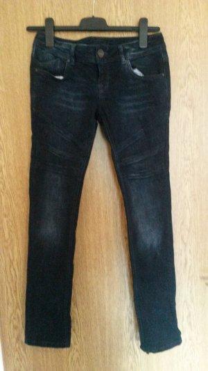dunkelblaue Jeansröhre