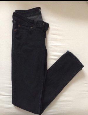 Dunkelblaue low rise skinny Levis Jeans