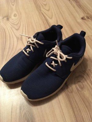 Dunkelblaue Nikes