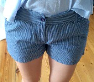dunkelblaue Only Shorts mit feinen weißen Nadelstreifen Größe S