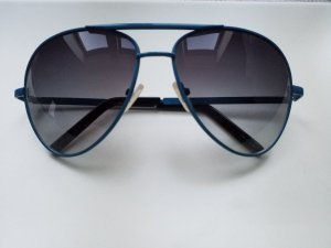 dunkelblaue Sonnenbrille mit schwarzen Gläsern