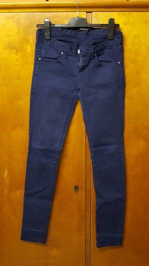 dunkelblaue Stoffhose, gerader Schnitt