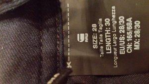 Dunkelblaue Strech Jeans mit helleren Verwaschungen.