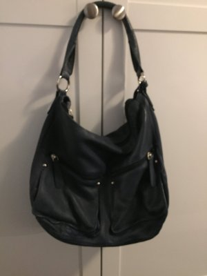 Dunkelblaue Tasche mit zwei kleinen Vordertaschen