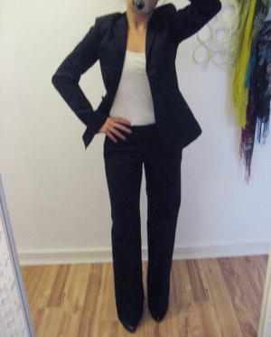 dunkelblauer Anzug, langer Blazer, Buntfaltenhose im Marlene-Style