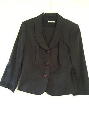 Dunkelblauer Anzug mit schmaler Hose