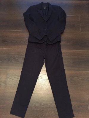 Dunkelblauer eng geschnittener Anzug