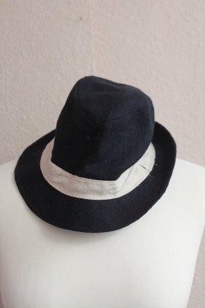 dunkelblauer Hut mit beigem Streifen
