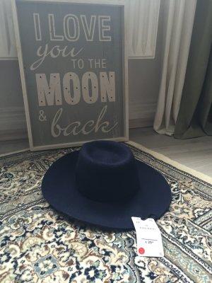 Dunkelblauer Hut mit großer Krempe