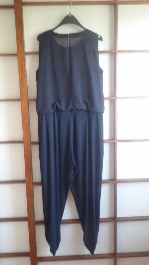 dunkelblauer Jumpsuit mit passendem Schultertuch