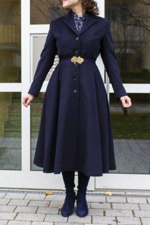 Dunkelblauer Mantel im 50er Jahre Stil