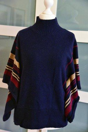 Dunkelblauer Pullover im Ponchostil