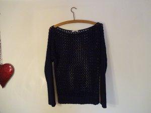 Dunkelblauer wie gehäckelter Pullover