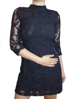 Dunkelblaues Abendkleid aus Spitze mit Rückenausschnitt