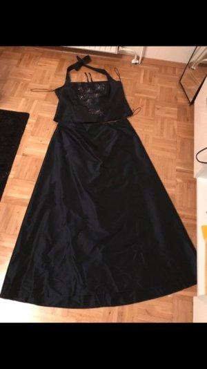 Dunkelblaues Abendkleid mit silberner Stickerei von C&A