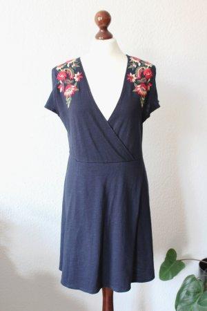Dunkelblaues Kleid in Wickeloptik mit Blumenstickerei