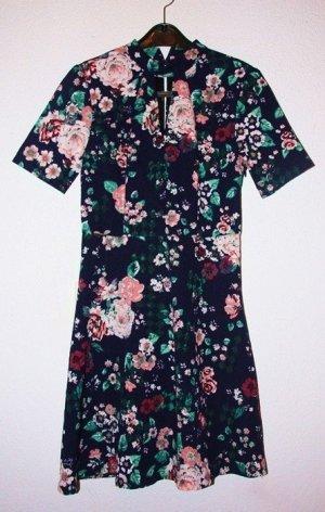Dunkelblaues Kleid Mit Blumenmuster Und Coolem Cut-Out Vorne