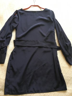 Dunkelblaues Kleid mit cut-outs
