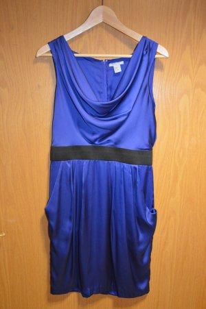 Dunkelblaues Kleid mit flatter Ausschnitt