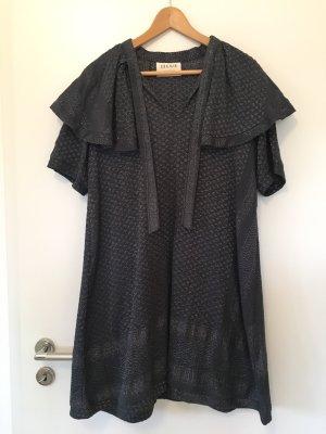 Dunkelblaues Kleid mit silbernem Muster von Cecilie