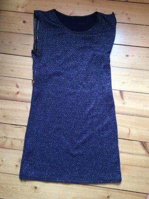 Dunkelblaues Kleid mit silbernen Akzenten