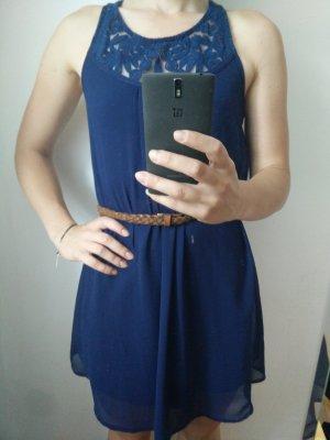 Dunkelblaues Kleid mit Spitze