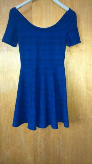 dunkelblaues kleid mit Stickmuster