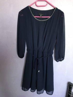 Dunkelblaues kleid mit Verzierung am Dekolleté