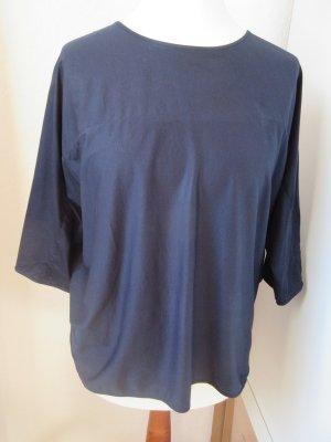 Dunkelblaues T-Shirt, fließender, leicht glänzender Stoff