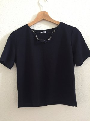 Dunkelblaues T-Shirt mit Kette
