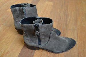 Dunkelgraue Boots im Used-Look