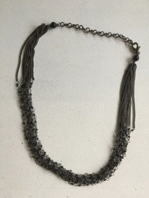 Dunkelgraue Halskette mit kleinen Perlen und mehreren Gliedern