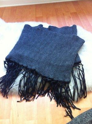 Dunkelgrauer Schal mit Lederfransen