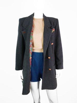 Dunkelgrauer Vintage Tweed Mantel mit buntem Anstecktuch