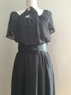 dunkelgraues Kleid mit breitem Gürtel