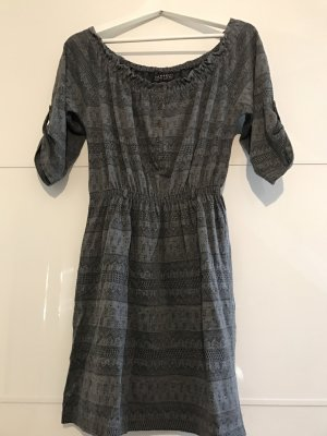 Dunkelgraues Kleid mit dezentem Muster