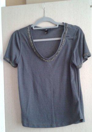 dunkelgraues Shirt mit V-Ausschnitt und Nietenverzierung von H&M