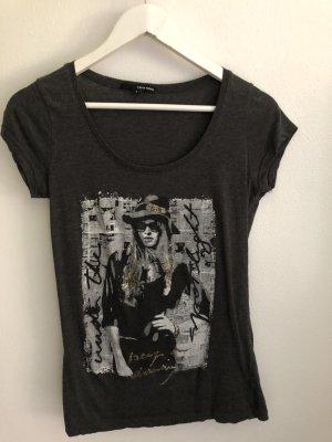 Dunkelgraues T-Shirt mit Aufdruck