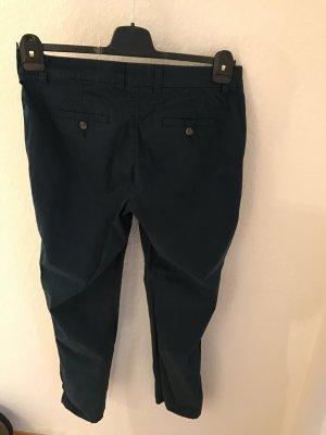 Dunkelgrüne Hose mit eng zulaufendem Bein