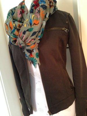 dunkelgrüne leichte Jacke, auch passend zum Etui-Kleid