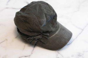 Dunkelgrüne Mütze aus Cord mit Schleife