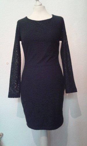 Dunkelgrünes Kleid aus Spitze mit Rückenausschnitt
