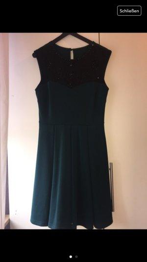 Dunkelgrünes Kleid mit Schwarzen Steinen