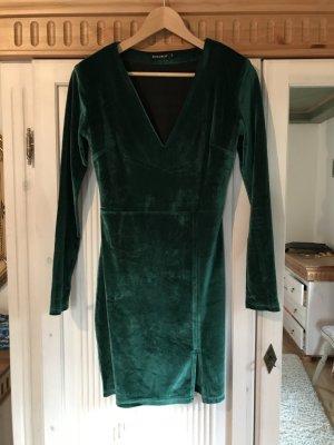 Dunkelgrünes Samtkleid mit tiefem Ausschnitt von NA-KD Gr.36